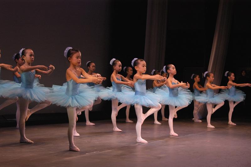 ジュニアBクラスはいわゆる有名な作品のバリエーションを2~3人ずつで踊りました。そして最後はタンジュやバランスを皆で揃えました。